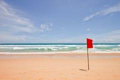 Bandiera rossa alla spiaggia immagine stock libera da diritti