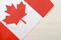 Bandiera rossa canadese della foglia di acero su fondo di legno bianco Fotografie Stock Libere da Diritti