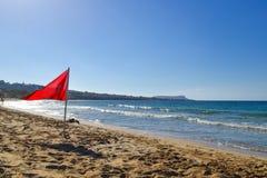 Bandiera rossa di avvertimento sulla spiaggia Fotografia Stock Libera da Diritti