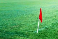 Bandiera rossa nel campo di calcio di calcio fotografia stock