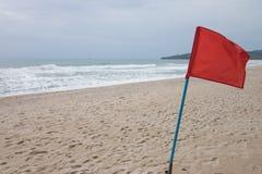 Bandiera rossa sulla spiaggia Immagini Stock