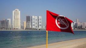 Bandiera rossa sulla spiaggia nel Dubai I UAE video d archivio