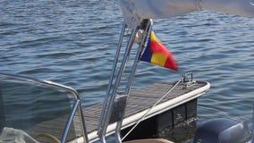 Bandiera rumena che ondeggia sulla barca stock footage