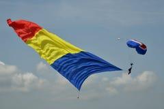 Bandiera rumena sul paracadute fotografia stock libera da diritti