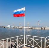 Bandiera russa al porto di Peterhof nel giorno soleggiato di estate Fotografia Stock