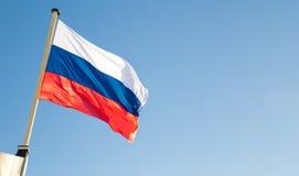 Bandiera russa che ondeggia sul vento Fotografia Stock Libera da Diritti