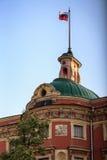 Bandiera russa sulla guglia del castello di Mikhailovsky a St Petersburg Russia Fotografia Stock Libera da Diritti