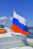 Bandiera russa sulla piattaforma della barca Fotografia Stock