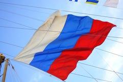 Bandiera russa sulle corde alte dell'albero della nave Immagini Stock Libere da Diritti