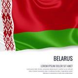 Bandiera serica della Bielorussia che ondeggia su un fondo bianco isolato con l'area di testo bianca per il vostro messaggio dell Fotografia Stock