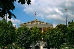 Bandiera sopra la costruzione del Parlamento Fotografia Stock Libera da Diritti