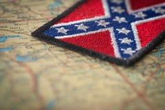 Bandiera storica del sud degli Stati Uniti sui precedenti della mappa di U.S.A. Fotografia Stock Libera da Diritti