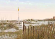 Bandiera sulla spiaggia di caccia Fotografia Stock Libera da Diritti