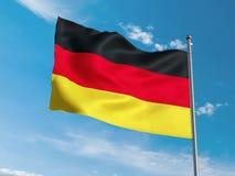 Bandiera tedesca che ondeggia in cielo blu Fotografia Stock Libera da Diritti
