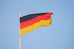 Bandiera tedesca che ondeggia nel vento Fotografia Stock
