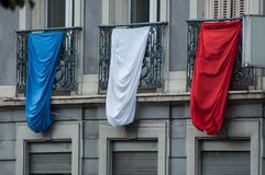 bandiera tricolore del francese al balcone della costruzione per il victo Immagine Stock