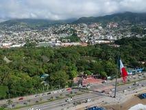Bandiera vicino alla vista aerea della baia di Acapulco, Messico Fotografie Stock