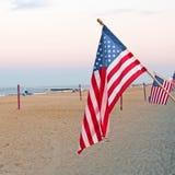 Bandiere americane alla spiaggia Fotografia Stock