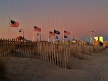 Bandiere americane che volano al mezzo personale fotografie stock libere da diritti