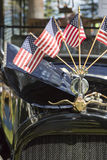 Bandiere americane su Hood Ornament dell'automobile classica Fotografia Stock