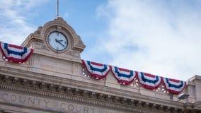 Bandiere americane sulla costruzione di governo Fotografie Stock Libere da Diritti