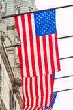 Bandiere americane sulla costruzione, Washington DC immagine stock libera da diritti