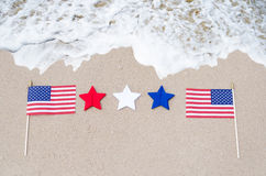 Bandiere americane sulla spiaggia sabbiosa Fotografie Stock