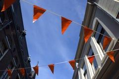 Bandiere arancio in una città olandese, decorazione per sostenere il calcio t immagini stock libere da diritti