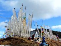 Bandiere bianche secondo le abitudini del Bhutanese sulla strada di Dantak Fotografia Stock Libera da Diritti