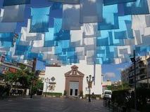 Bandiere blu e bianche nel quadrato della chiesa Fotografia Stock Libera da Diritti