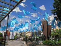 Bandiere blu e bianche nel quadrato della chiesa Immagine Stock