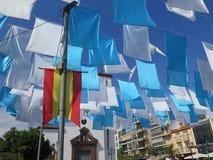 Bandiere blu e bianche nel quadrato della chiesa Immagini Stock Libere da Diritti