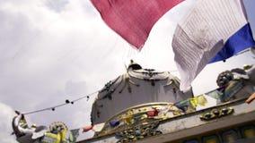 Bandiere buddisti che flaping sul vento archivi video