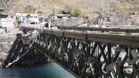 Bandiere buddisti di preghiera, fiume a flusso rapido e ponte tradizionale video d archivio