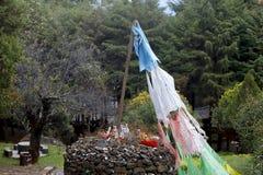 Bandiere buddisti di preghiera nel tempio di Jade Peak, villaggio di Baisha, Lijiang, il Yunnan, Cina immagini stock