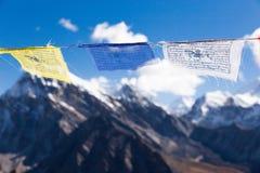 Bandiere buddisti di preghiera sulla sommità della montagna di Gokyo Ri Immagini Stock