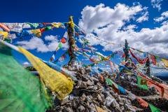 Bandiere buddisti tibetane di preghiera sulla montagna Fotografia Stock
