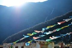 Bandiere buddisti variopinte alle montagne della neve di Shika in La di Shangri, Zhongdian, Xianggelila, Yunan, Cina immagini stock