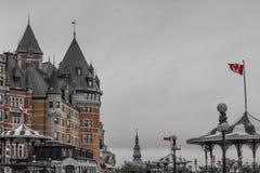 BANDIERE CANADESI DAVANTI A COSTRUZIONE fotografie stock libere da diritti