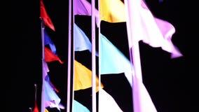 Bandiere che ondeggiano nella notte del vento stock footage