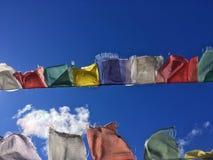 Bandiere & cielo blu tibetani di preghiera Fotografie Stock