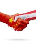 Bandiere Cina, paesi dell'Austria, concetto della stretta di mano di amicizia di associazione illustrazione 3D Immagini Stock