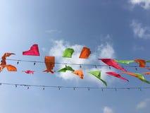 Bandiere Colourful del triangolo nel cielo immagine stock