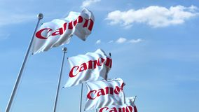 Bandiere d'ondeggiamento con il logo di Canon contro il cielo, ciclo senza cuciture animazione dell'editoriale 4K archivi video
