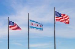 Bandiere d'ondeggiamento degli Stati Uniti e della città di Chicago con la s fotografie stock libere da diritti