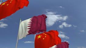 Bandiere d'ondeggiamento del Qatar e della Cina sul fondo del cielo, animazione loopable 3D stock footage