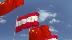 Bandiere d'ondeggiamento dell'Austria e della Cina sul fondo del cielo, animazione loopable 3D stock footage