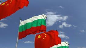 Bandiere d'ondeggiamento della Bulgaria e della Cina sul fondo del cielo, animazione loopable 3D video d archivio