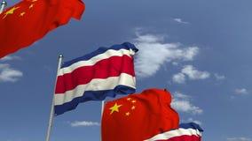 Bandiere d'ondeggiamento della Costa Rica e della Cina sul fondo del cielo, animazione loopable 3D stock footage