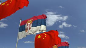 Bandiere d'ondeggiamento della Serbia e della Cina sul fondo del cielo, animazione loopable 3D stock footage